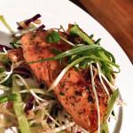 Saumon aux épices Jerk avec salade de choux piquante & douce